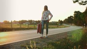 Nette Frau mit Koffer gehend auf Straße stock video