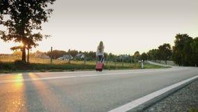 Nette Frau mit Koffer gehend auf Straße stock video footage