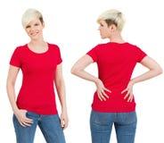 Nette Frau mit leerem rotem Hemd Lizenzfreies Stockfoto