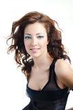Nette Frau mit lockiger bloun Frisur Lizenzfreie Stockfotografie