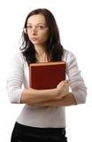 Nette Frau mit misstrauischem Blick und großem Buch Lizenzfreies Stockbild