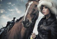 Nette Frau mit Pferd Stockbild