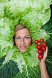 Nette Frau mit Salatblättern vereinbarte um ihre haltene Hauptinspektion Stockfotos