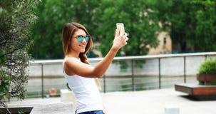 Nette Frau mit Tablet gegen hohe Gräser Lizenzfreies Stockbild