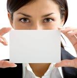 Nette Frau mit weißer Karte Stockfotos
