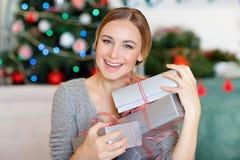 Nette Frau mit Weihnachtsgeschenken stockfotos