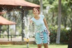 Nette Frau am Parkbrunnen stockfoto