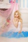 Nette Frau sieht wie eine Puppe in einem süßen Innenraum aus Junges hübsches s Stockbilder