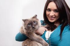Nette Frau und lustige Katze Stockfoto