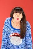 Nette Frau in verziehenden Lippen der Strickjacke Lizenzfreies Stockfoto