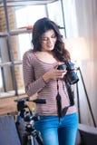 Nette nette Frau, welche die Fotos betrachtet Stockfotografie