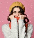 Nette Frau wickelte oben warmes in der Winterkleidung ein stockfotografie