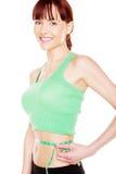 Nette Frau zufrieden gestellt mit ihrem Gewicht Stockfotos