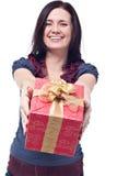 Nette Frauen mit einem Geschenk lizenzfreies stockbild