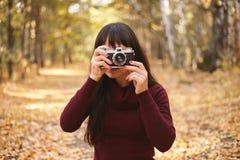 Nette Frauen mit Weinlesekamera stockbilder