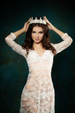 Nette Frauen-tragende Krone Stockfoto