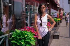 Nette Frauen untergetaucht in den Träumen über Zukunft Stockfoto