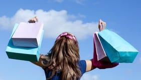 Nette Frauenholding-Einkaufenbeutel im Freien lizenzfreie stockfotografie