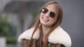 Nette Frauenstellung auf Straße stock video footage