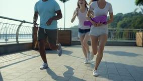 Nette Freunde, die zusammen in das Stadtumgeben laufen stock footage