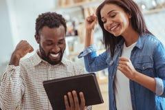 Nette Freunde, welche die guten Nachrichten gelesen werden E-Mail feiern lizenzfreies stockbild