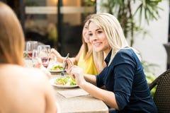 Nette Freundinnen in einem Restaurant stockfotos