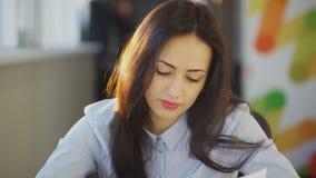 Nette Geschäftsfraukontrollendokumente innerhalb des Büros stock video footage