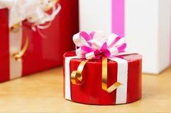 Nette Geschenke in der Tabelle Stockbilder