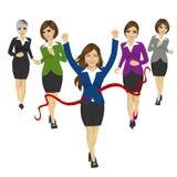 Nette Geschäftsfrau, welche die Ziellinie mit den Kollegen laufen in den Hintergrund kreuzt Stockfoto