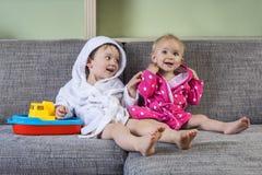 Nette Geschwister in den Bademäntel lizenzfreie stockbilder