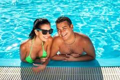 Nette glückliche Bikinifrau mit der netten Brust im Swimmingpool lizenzfreie stockfotos
