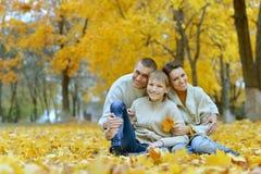Nette glückliche Familie stockbild