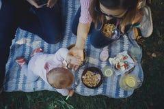 Nette glückliche Familie auf Picknick stockfoto