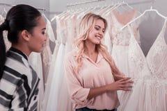 Nette glückliche Frauen, die eine Heiratsboutique besuchen stockfotos