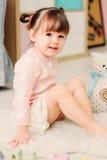 Nette glückliche 2 Jahre alte Baby, die zu Hause mit Spielwaren spielen Lizenzfreie Stockfotos