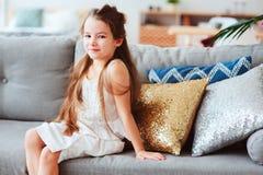 nette glückliche 5 Jahre alte Kindermädchen, die sich allein zu Hause entspannen Lizenzfreies Stockfoto