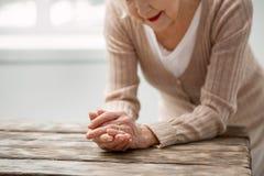 Nette Greisin, die ihren Ring betrachtet lizenzfreies stockfoto