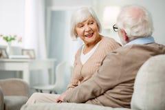 Nette Greisin, die mit ihrem Ehemann spricht stockfotos