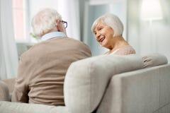 Nette Greisin, die zu ihrem Ehemann lächelt lizenzfreie stockfotos