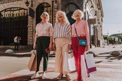 Nette Großmütter stehen auf Straße zusammen stockbilder