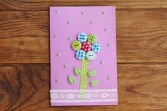Nette Grußkarte lokalisiert auf einem hölzernen Hintergrund Gruß der Papierkarte für alles Gute zum Geburtstag oder Mutter ` s Ta Stockbild