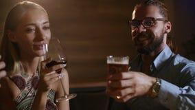 Nette Gruppe von drei jungen Freunden genießen ein Glas Wein und Bier und Rösten an der eleganten Bar auf Zauberpartei stock video