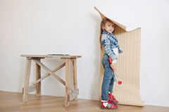 Nette hängende Tapete des kleinen Mädchens Stockfotos