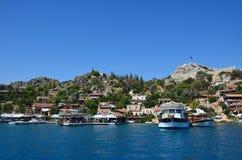 Nette Häuser auf der Südküste von der Türkei Ansicht vom Meer zu t lizenzfreie stockfotos
