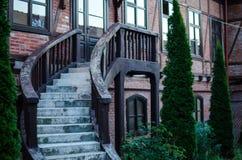 Nette hölzerne Treppe auf dem Haus lizenzfreies stockbild