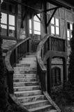 Nette hölzerne Treppe auf dem Haus stockfotografie