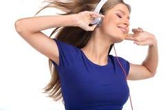 Nette hörende Musik der jungen Frau mit Kopfhörern Lizenzfreies Stockfoto