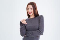 Nette hübsche Frau mit rotem Lippenstift zeigend auf Sie Lizenzfreie Stockfotos