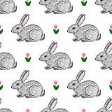 Nette Hand gezeichnetes nahtloses Muster der Hasen und der Blumen Lizenzfreies Stockfoto