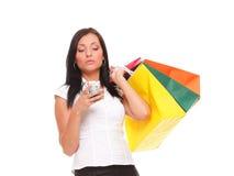Nette Handyholding-Einkaufstasche der jungen Frau Stockbilder